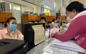 民眾在舊邑郡所屬接收卷宗和退還結果部門辦理證書簽發手續。