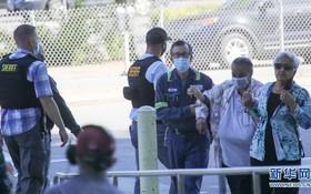 5月26日,在美國加州聖何塞,人們在槍擊事件後前往臨時設立的安全地點。(圖源:新華社)