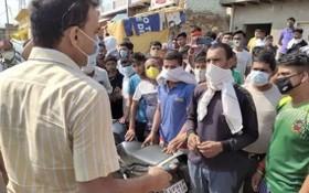 假酒中毒事件發生後,村民與一名官員交談。(圖源:PTI)