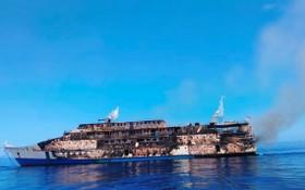 """印尼客船""""卡里亞‧英達""""號在馬魯古海發生大火燒毀。(圖源:路透社)"""