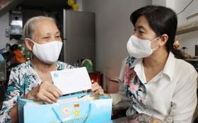 市婦聯會主席阮陳芳珍向窮困婦女贈送禮物。