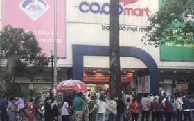 眾多市民在超市門口排長隊等待購物。