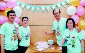 朱杞文一家4口穿上同款的家庭T恤慶祝女兒日。