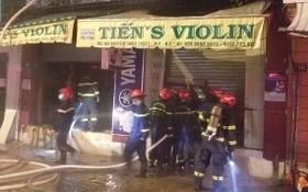 消防隊破門而入營救受困人員。(圖源:消防與救援警察科)