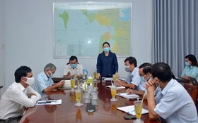堅江省領導在新聞發佈會上公佈選舉結果。(圖源:梅香)