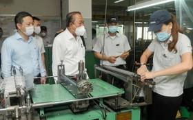 常務副總理張和平(右三)檢查新順加工區的防疫工作。