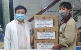 亞洲餅家代表贈送食品給舊邑郡醫生。