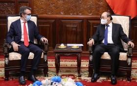 國家主席阮春福(右)接見歐盟駐越南大使喬治‧阿利伯蒂。(圖源:越通社)