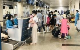 旅客在新山一機場辦理登機手續。(圖源:功忠)