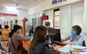 失業者在社會保險機關辦理失業金領取手續。(示意圖源:秋姮)