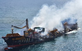斯里蘭卡起火貨輪所載的膠粒沖到附近的海灘。(圖源:互聯網)