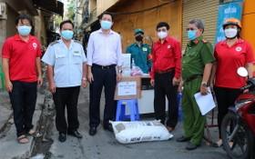 第五郡紅十字會志愿組向檢疫處贈送物資。