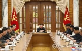 朝鮮勞動黨第八屆中央委員會第一次政治局會議4日在黨中央委員會本部舉行,國務委員會委員長金正恩主持會議。 (圖源:韓聯社/朝中社)