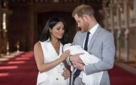 梅根已於4日早上在美國誕下一名女兒,母女平安。哈里王子夫婦未公佈女兒照片,圖為2019年,梅根產下大兒子阿奇後與媒體見面。(圖源:AP)