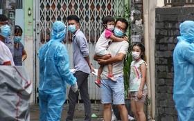 醫護人員給家住舊邑郡阮文功街415小巷的居民採樣檢測。