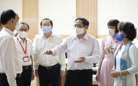 范明政總理(中)與各新冠疫苗研發生產單位代表交談。(圖源:越通社)