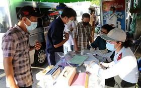 民眾在守德市協平福坊永平橋腳下的防疫崗申報健康。
