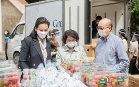 蘇氏碧珠主席(中)與萬盛發集團及亞洲餅家代表將食品送到抗疫前線。