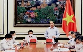 國家主席阮春福(站)主持會議。(圖源:越通社)