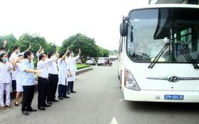 乂安省全科友好醫院醫護人員向車上馳援河靖抗疫的志願醫護幹部團揮手告別。(圖源:越通社)