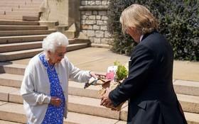 6月10日是英國已故菲立普親王百歲冥誕,白金漢宮表示,女王伊麗莎白二世獲贈1株以亡夫為名的玫瑰花,紀念夫婿100歲誕辰。(圖源:AP)