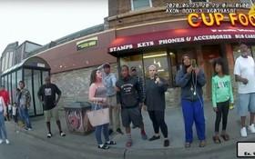 2021年普利策獎特別褒揚獎得主弗雷澤(右三)在2020年5月25日用手機拍下黑人男子弗洛伊德被拘捕的片段。(圖源:路透社)