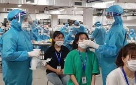 醫護人員在為勞工採樣檢測。(圖源:衛生部)