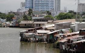 5月17日下午,雙涌的8間沿涌房突然坍塌落入涌中。