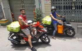 阮國寶與珀西‧史密斯準備去向窮人派發飯菜。