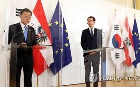 當地時間6月14日,在維也納,文在寅(左)和塞巴斯蒂安·庫爾茨舉行聯合記者會發佈會談成果。(圖源:韓聯社)