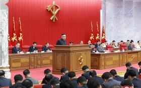 6月15日,朝鮮勞動黨總書記金正恩在平壤出席朝鮮勞動黨第八屆中央委員會第三次全體會議。 (圖源:朝中社)
