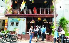 年輕人參觀西貢別動咖啡店。