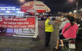 客人進入守德集散市場必須戴口罩並測量體溫。