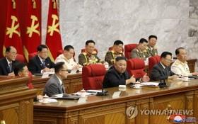 朝鮮勞動黨第八屆中央委員會第三次會議,金正恩坐在主席台正中央講話。(圖源:韓聯社/朝中社)