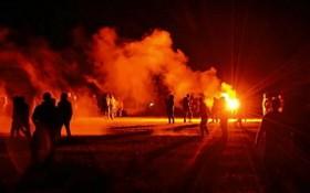 午夜時分,執法者與狂歡派對參與者發生衝突,衝突持續了約7小時,直至19日早晨。(圖源:互聯網)