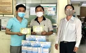 第六郡紅十字會副主席范玉成(右一)向李國威(中)與曾廣健頒發感謝書。
