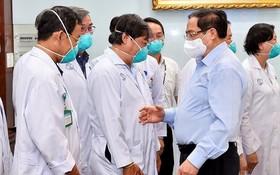 2021年5月13日,政府總理范明政(前右)向市大水鑊醫院的守崗醫護隊伍致以誠摯的問候。(圖源:VGP)