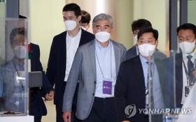 6月19日,美國對朝特別代表星·金(中)飛抵仁川國際機場。 (圖源:韓聯社)