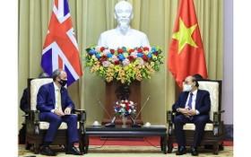 國家主席阮春福(右)接見英國第一大臣多明尼克‧拉布。(圖源:VOV)