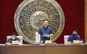 國會主席王廷惠(中)主持會議。(圖源:越通社)