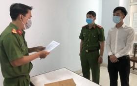 警方向Amida公司經理阮光仲(白衣)宣讀起訴令。(圖源:VGP)
