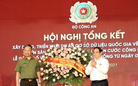 政府總理范明政送花祝賀公安部。(圖源:VOV)