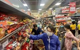 市民在超市選購物品。(圖源:英秀)