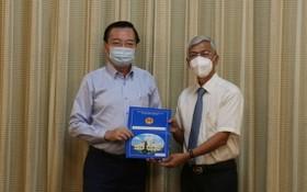 黎鴻山(左)同志從市人委會副主席武文歡手中接過人事委任《決定》。(圖源:孟和)