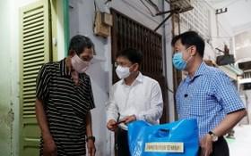 第五郡郡委書記阮孟強(右二),郡越南祖國陣線委員會主席黎晉才(右一)探望貧困戶。
