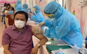 醫護人員為人民注射疫苗。