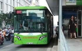 本市加快1號快捷巴士線建設進度。圖為河內市的一輛快捷巴士。(圖源:海阮)