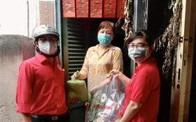 第六郡紅十字會職員贈送物資予華人貧戶。