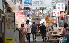 6月28日,在首爾市鐘路區通仁市場,市民前來購物。(圖源:韓聯社)