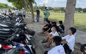 被抓捕的飆車族及摩托車。(圖源:警方提供)